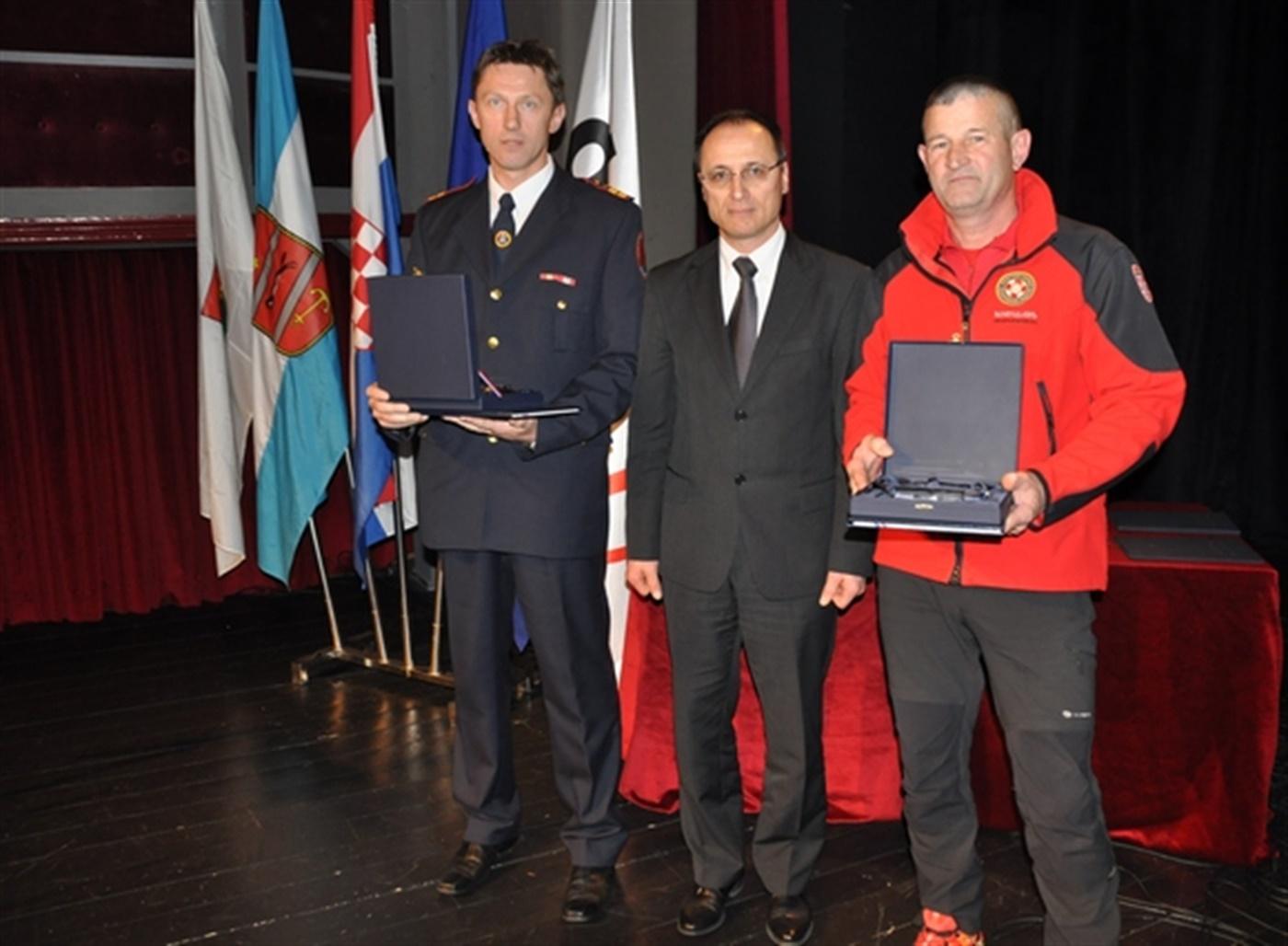 """Uručena nagrada za """"Naročit pothvat"""" članu HGSS Stanice Rijeka Vladimiru Paušiću"""